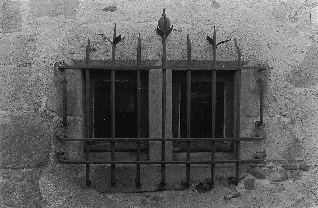 fenêtre maison forte de la cloze.jpg
